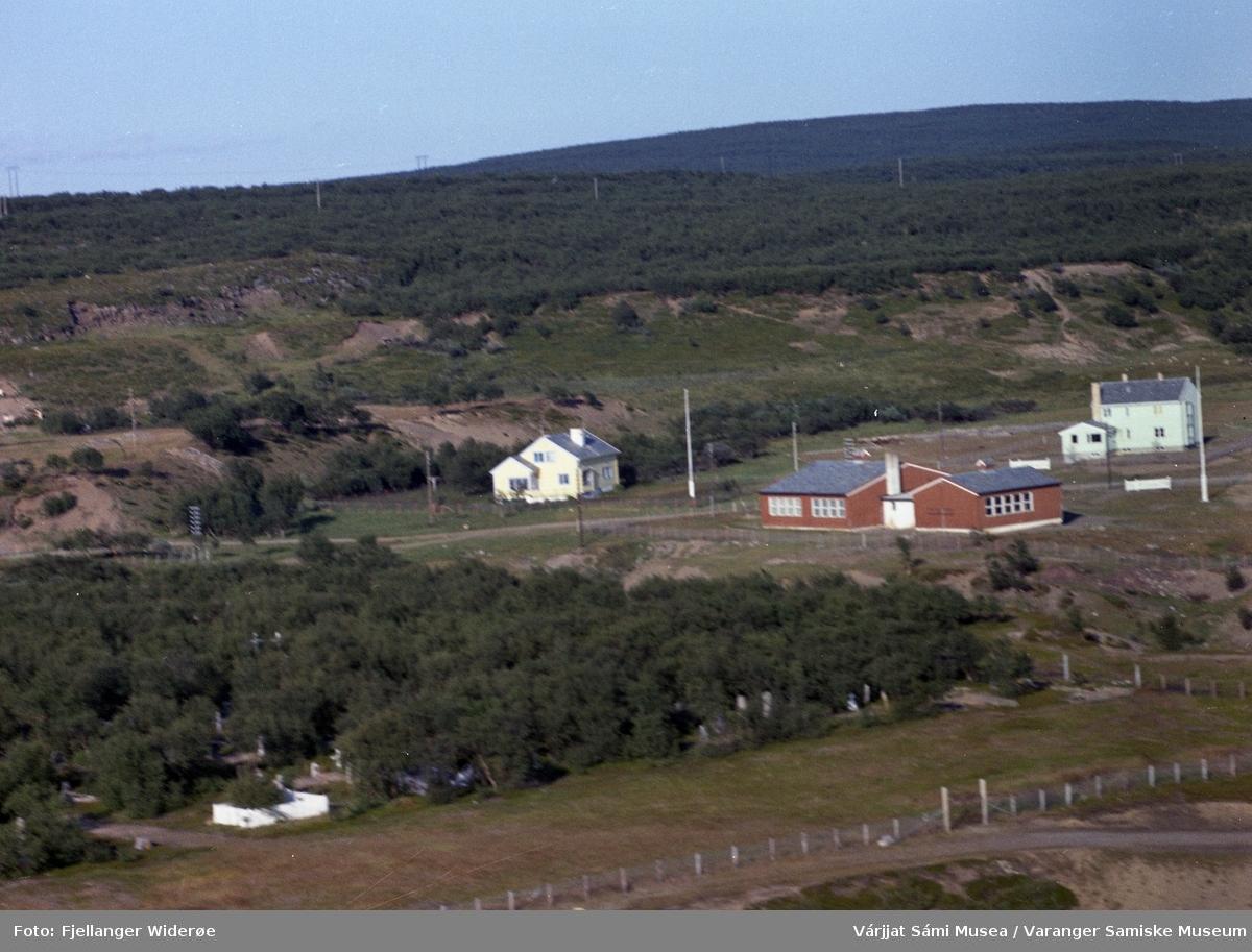 Flyfoto av Unjárga / Nesseby i Unjárgga gielda / Nesseby kommune, 1963. Prestegård, lærerbolig, skole.