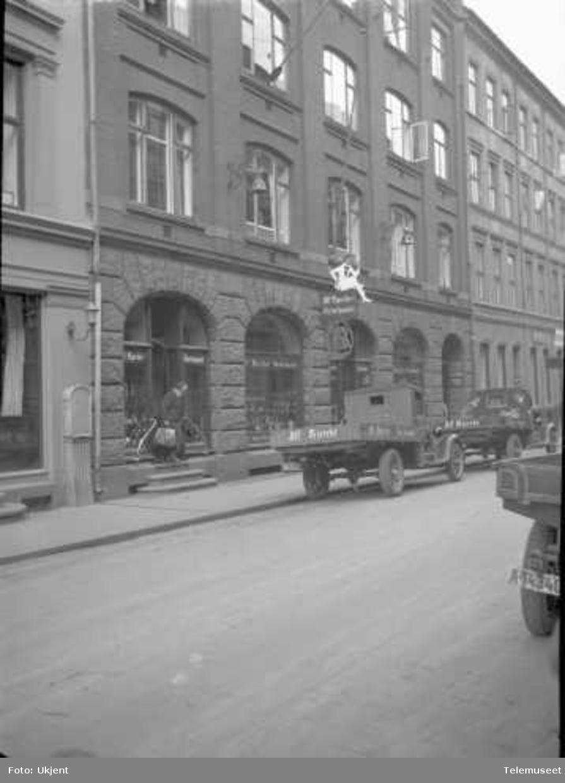 Gatemiljø, bygningseksteriør, firma med EB svakstrømsanlegg, Elektrisk Bureau.