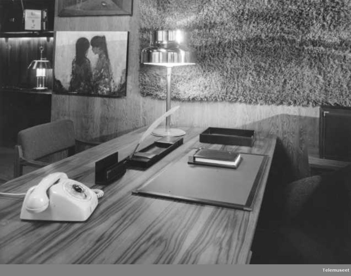 Telefonapparater, mod 1967 i kontorinteriør, Elektrisk Bureau