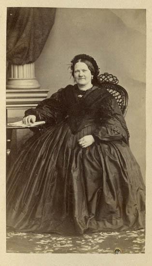 "Text på kortets baksida: ""Fru Malin Bruhn f. Gyllich."""