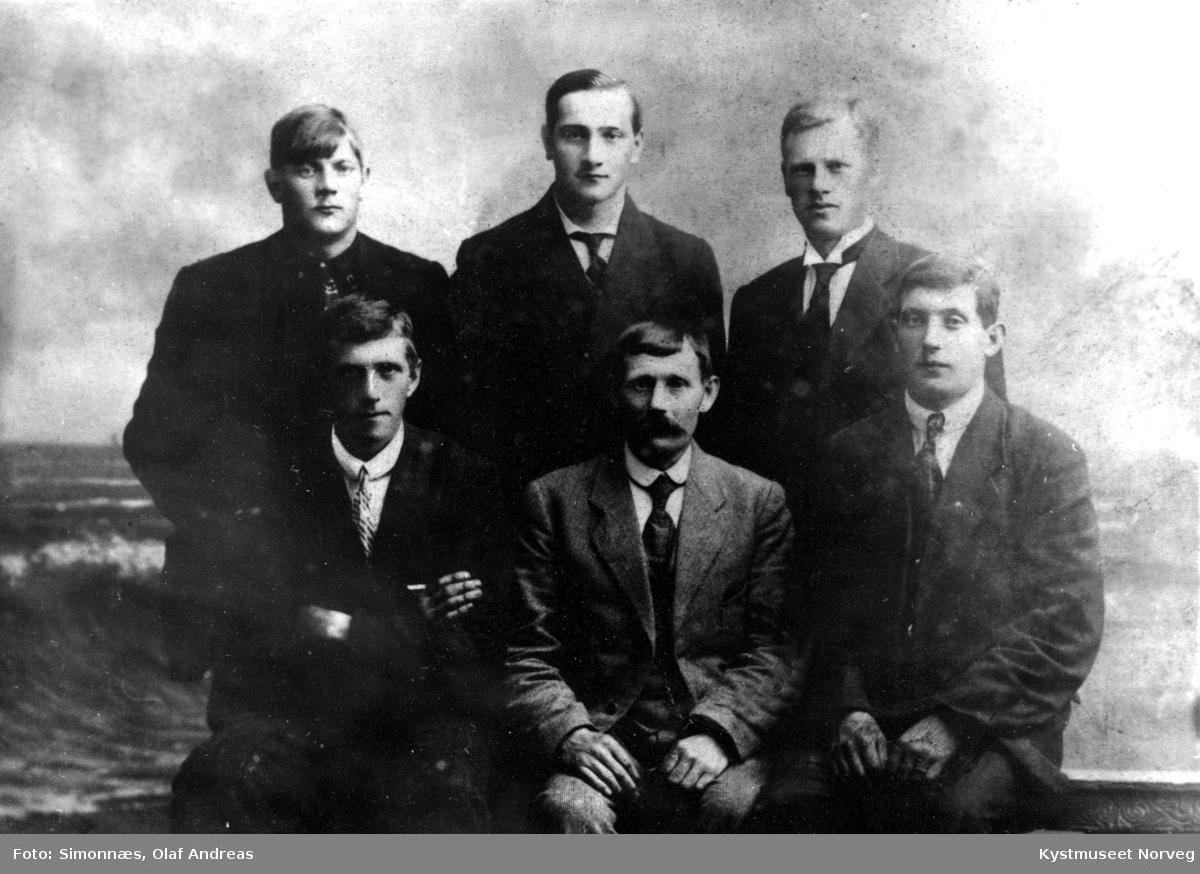 Bak fra venstre: Ole Johansen, Thorvald Sæternes og Reidar Hellesø. Foran fra venstre: Egil Strand, Paul Johansen, Wilfred Johansen, Finkledde herrer.