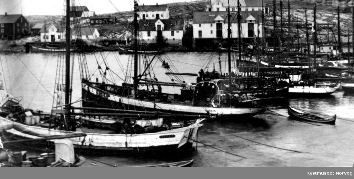 """Nordøyan, fremst ligger båten """"Røvær"""""""