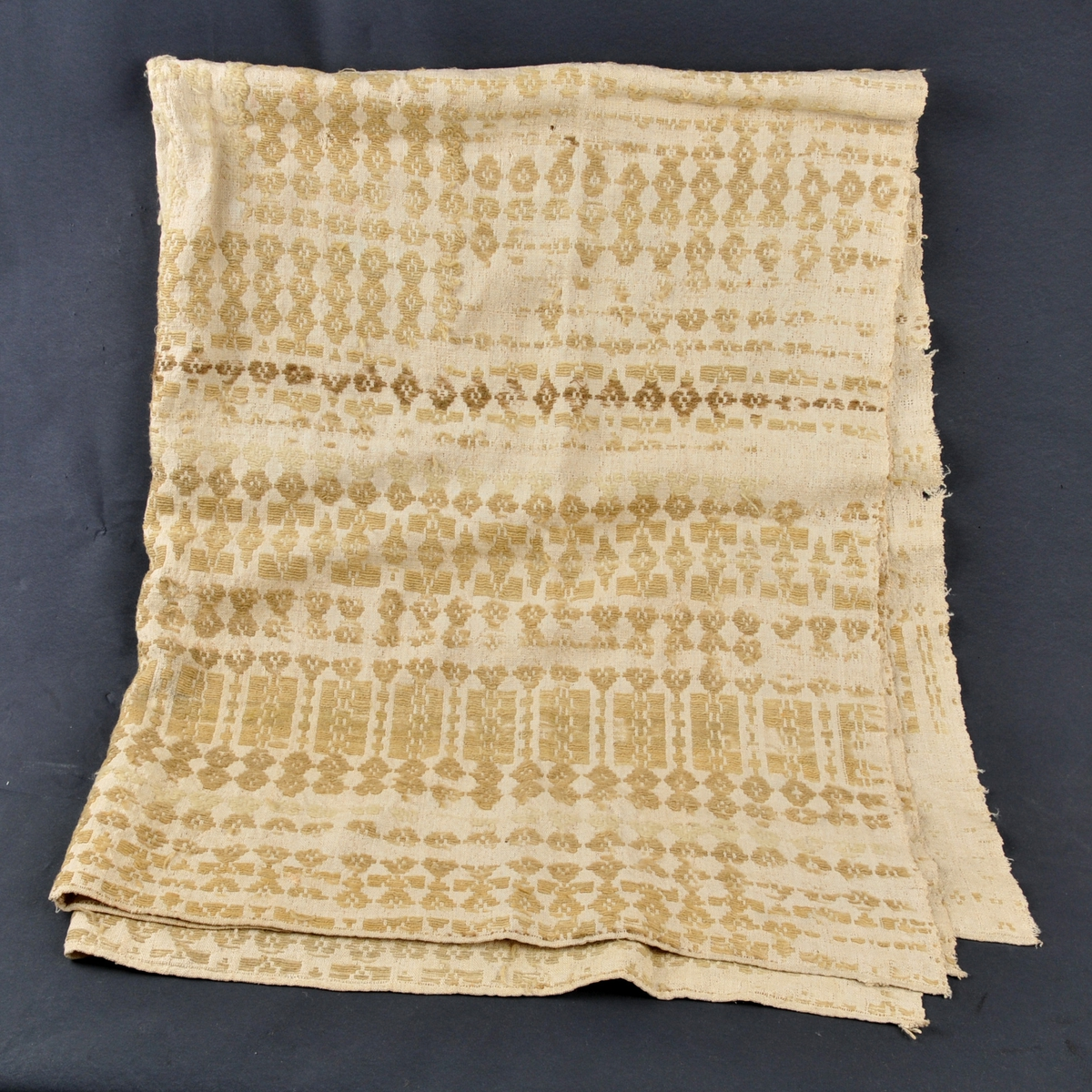 Teppe er vove i to bredder og sauma saman. Mønster/dekor er sauma.