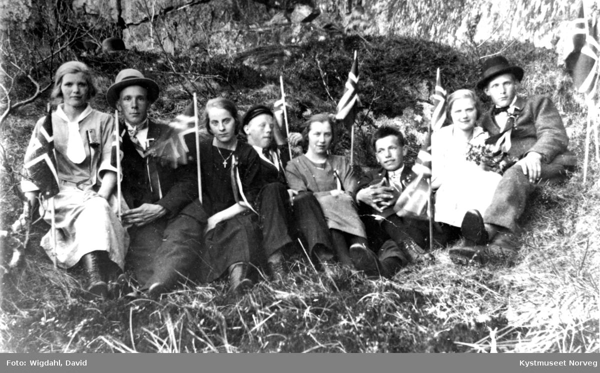 Fra venstre: Magnhild Valø Strand, Lorents Holum, Solveig Valø Kjønsøy, Einar Storsul, Rakel Lillesul Krokstad, Olav Valø, Ebba Valø Wigdahl og John Holum. 17. mai-pyntede ungdommer fra Valøya