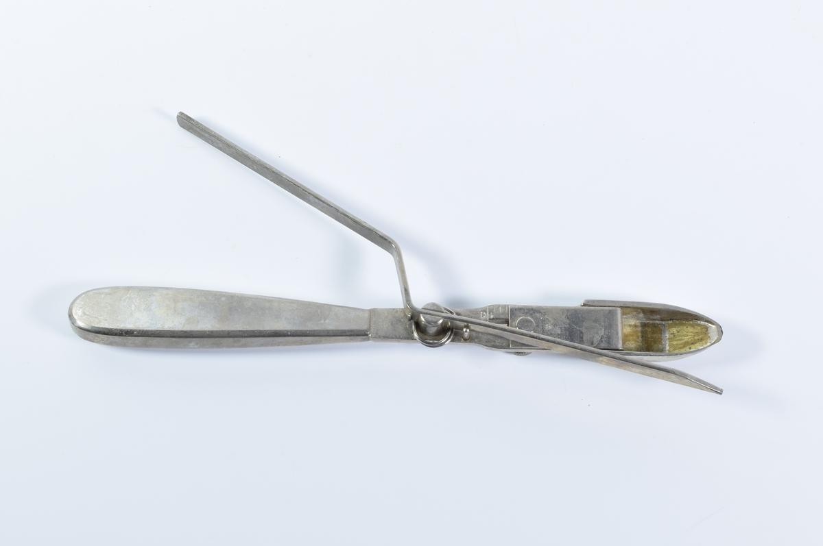 Pulverskje til å måle opp nøyaktig mengde pulver. Kan stilles inn på ulike mengder. En metallarm skraper av overflødig pulver slik at man sitter igjen med korrekt mengde.