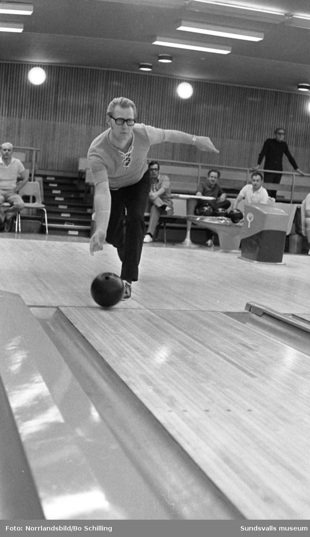 Full fart på spelet i bowlinghallen.