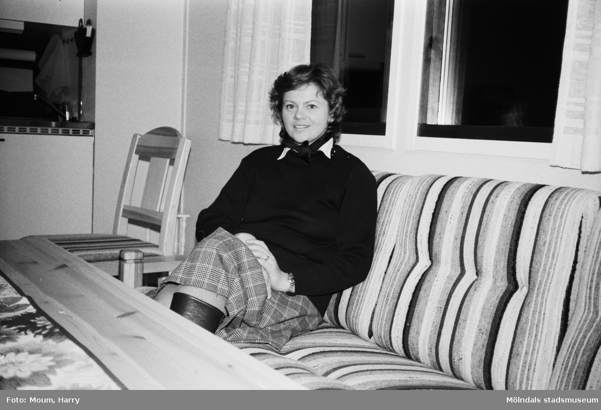 """Apelgårdens kyrka i Kållered, år 1983. """"Lena Forsberg, f d tandsköterska, trivs med sitt arbete bland barn och ungdom.""""  För mer information om bilden se under tilläggsinformation."""