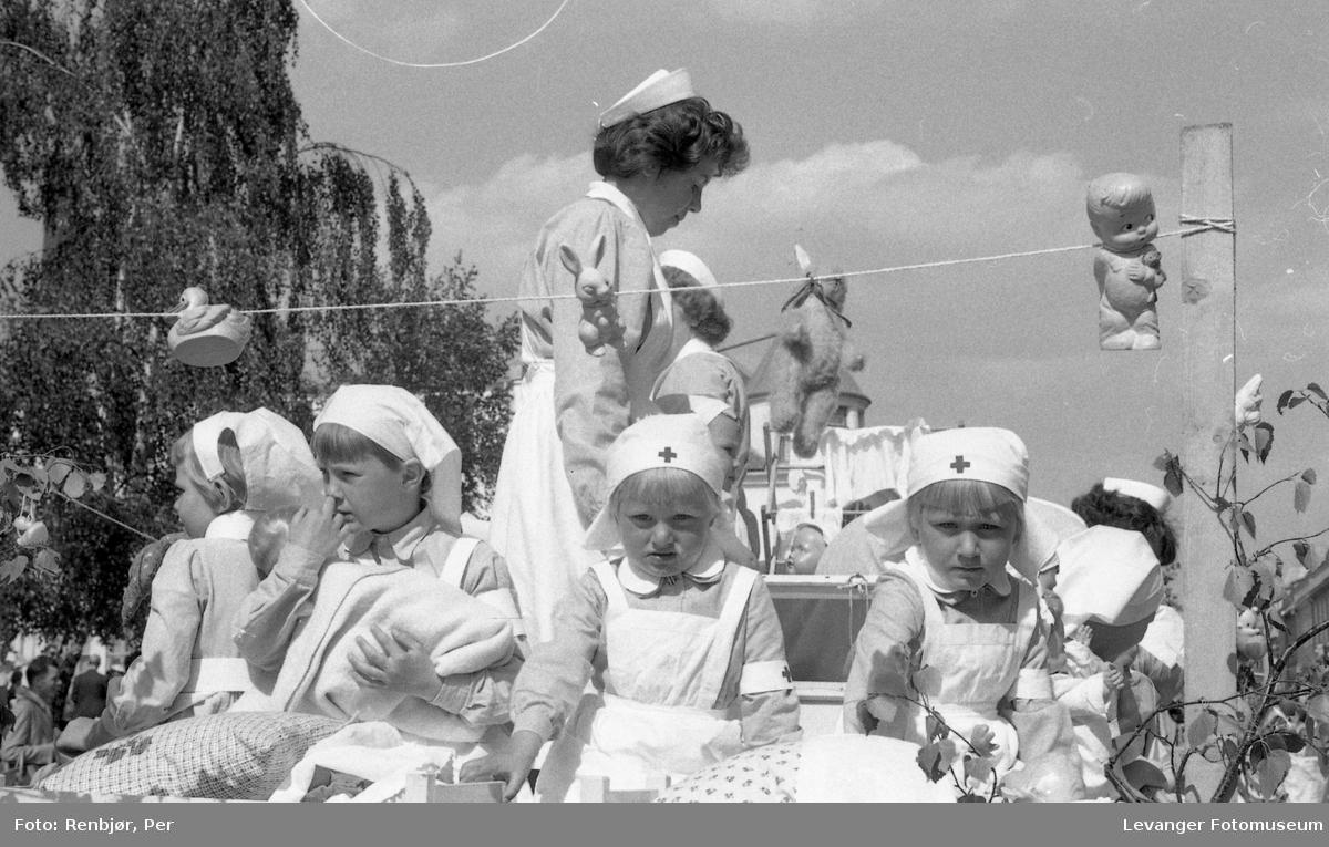 Barnas dag, Levanger, jenter utkledde som sykepleierer.