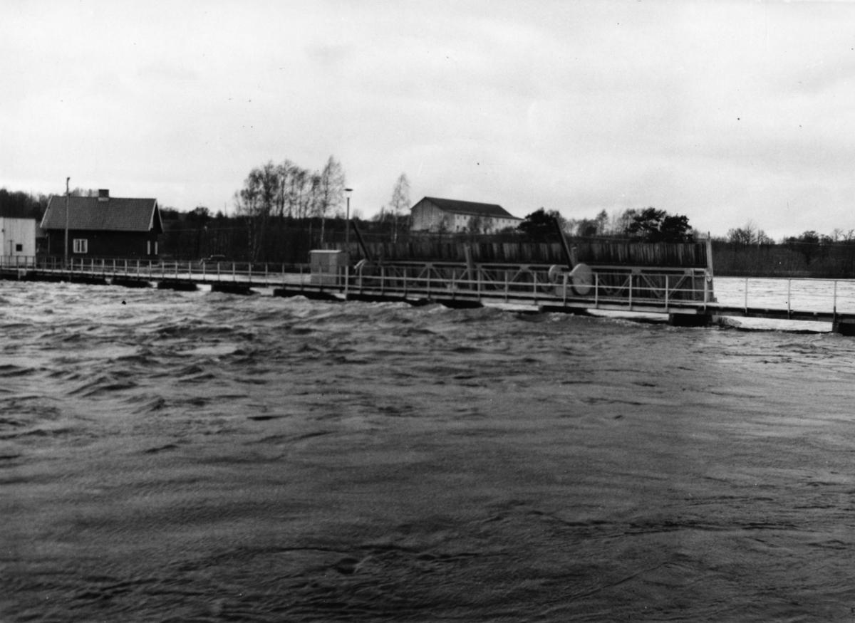 Regleringsdammen Ätrafors den 16 april 1951. Fotot är taget från Askomesidan (nedströmssidan).