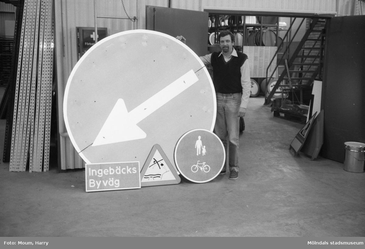 """Plast & Plåt vägmärken AB på Bangårdsvägen 49 i Kållered, år 1983. """"Hanemyr, en av ägarna, visar prov på skyltproduktionen.""""  För mer information om bilden se under tilläggsinformation."""