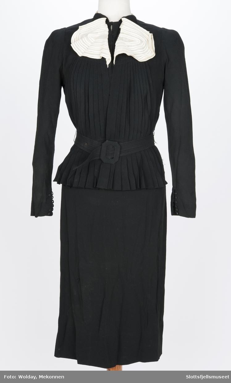 abbda470 Langermet kjole med belte. Smalt skjørt. Løst, foldelagt stykke sydd på  foran.