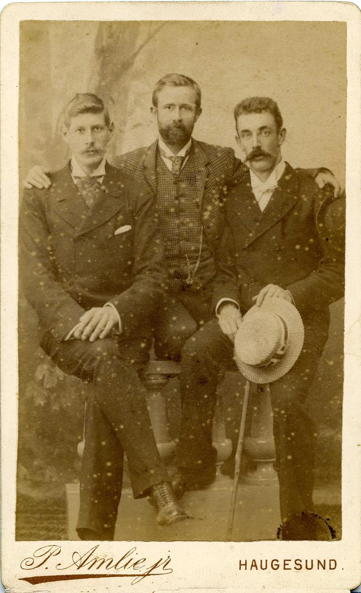 Gruppebilde. I midten: A. Halleland, til h. B. Stolt-Nielsen