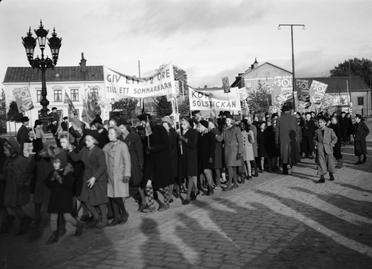 Barn tågar för Solstickan, Vaksala torg, Uppsala oktober 1941