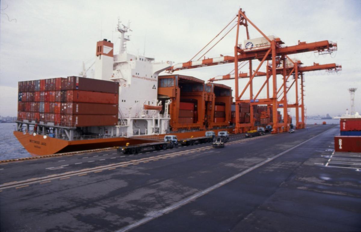 Lossing av containere på havnen i Tokyo.