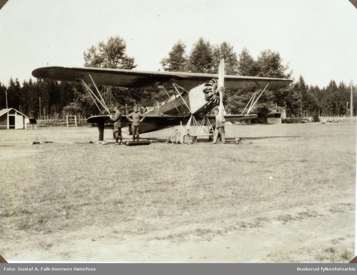 Dobbeldekker  Hærens flyvåpen ble opprettet i 1912 med Kjeller som hovedbase hvor grenen også hadde egen flyfabrikk.  I 1944 ble Hærens og Marinens flyvåpen slått sammen til en egen forsvarsgren som Luftforsvaret