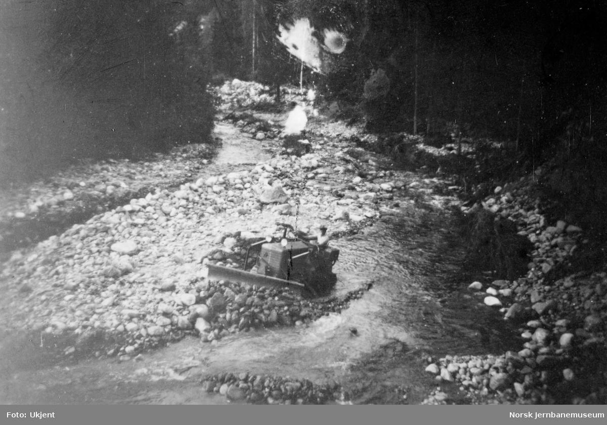 Flomskader på jernbanen i Flå 1951, bulldozer i arbeid