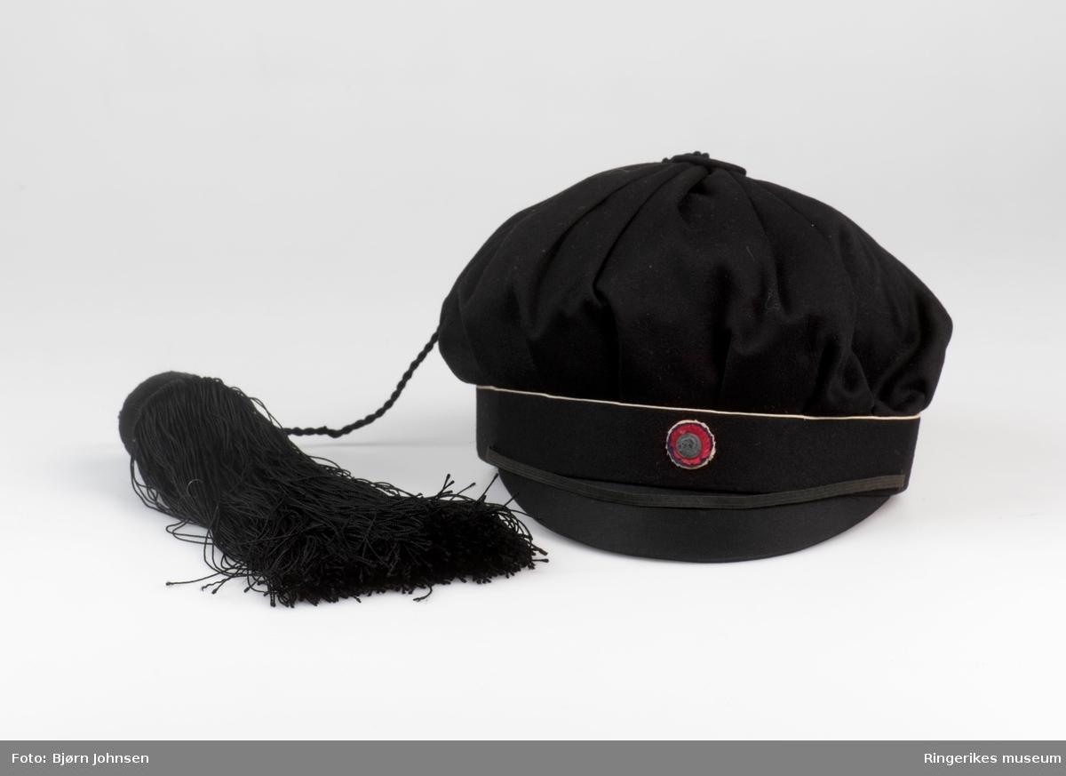 Emblem i luens front: rosett og mannshode med hodeplagg