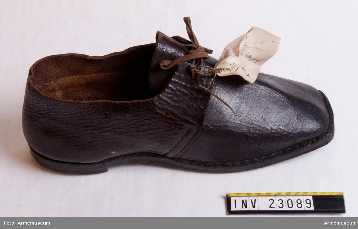 Grupp C I. Ur uniform, s.k statuniform, för spel vid Svea livgarde, 1828-45. Består av frack, byxor, tschakå, plym, halsduk, skor, gehäng, handrem, trumrem. Enl. äldre uppgift.