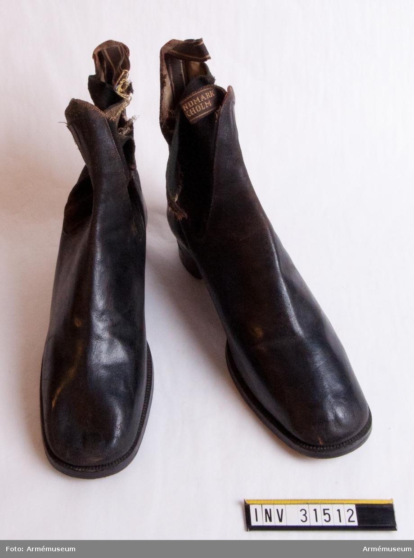 Grupp C I. Ur uniform för stor parad för manskap vid Livreg:s dragonkår; 1859-95. Består av vapenrock, byxa, kask, kartusch, kartuschrem, koppel, skor.