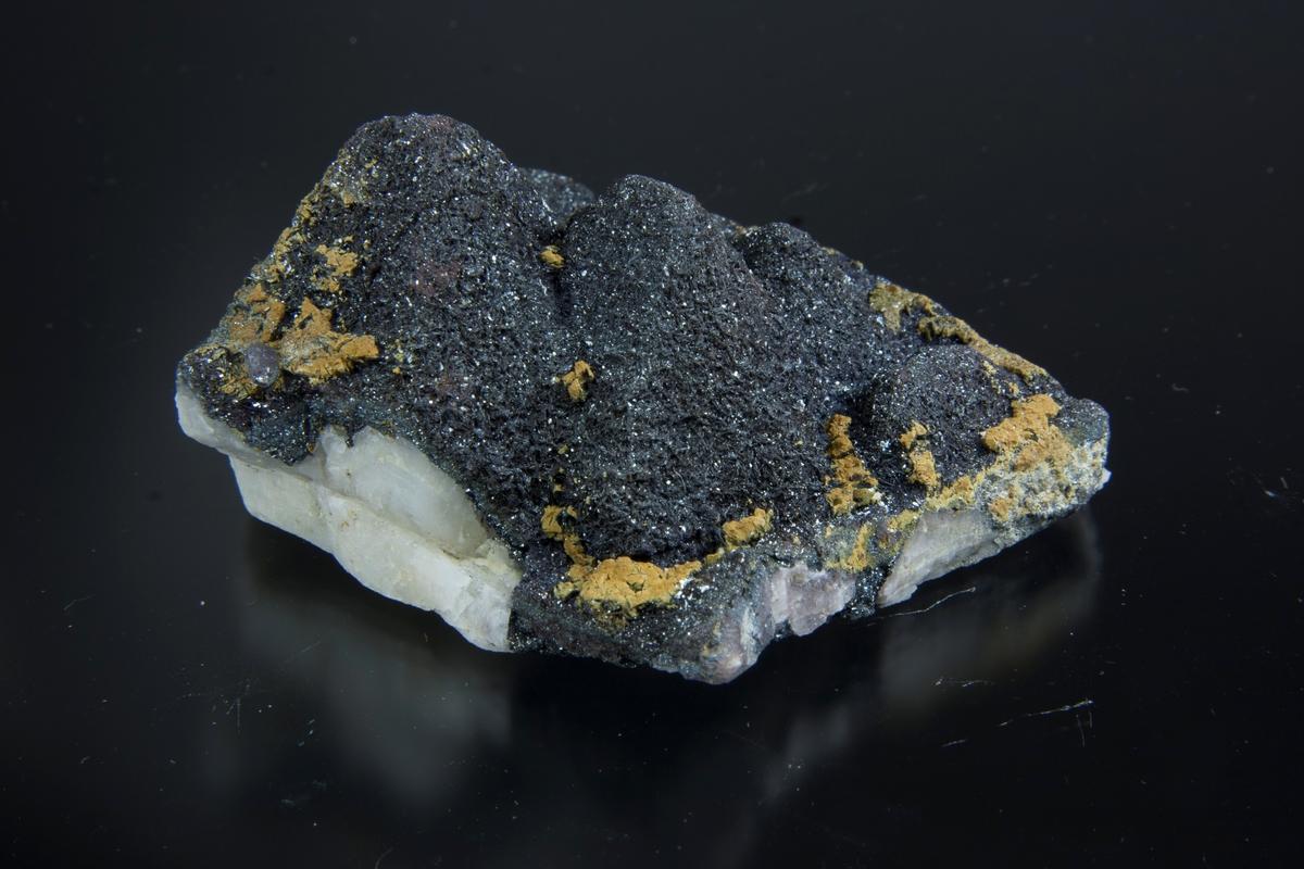 Hematitt, heldekkende på kvartskrystaller.