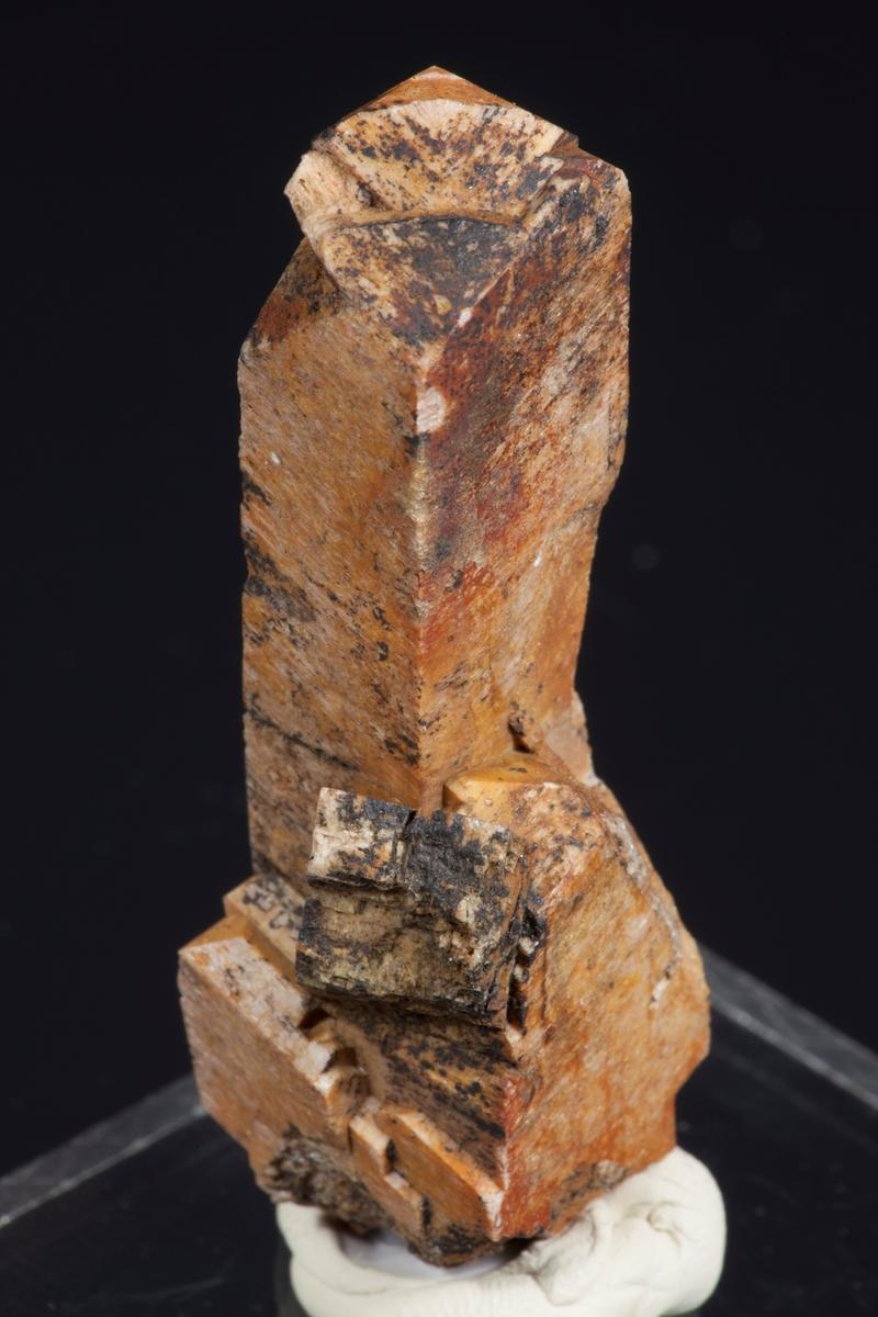 Orthoklas, singel, høy og slank, bavenotvilling. RV 319