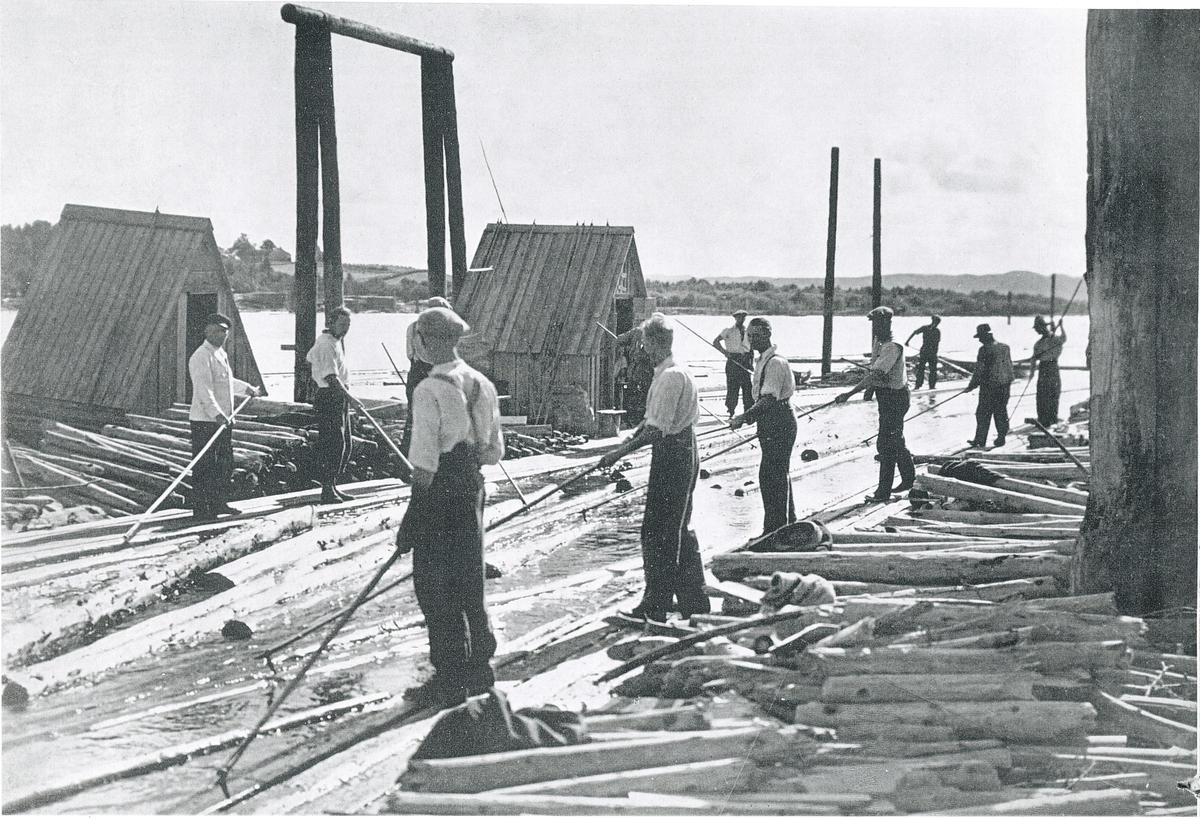 Historisk foto av personer som sorterer tømmerstokker ute på elva. (Foto/Photo)
