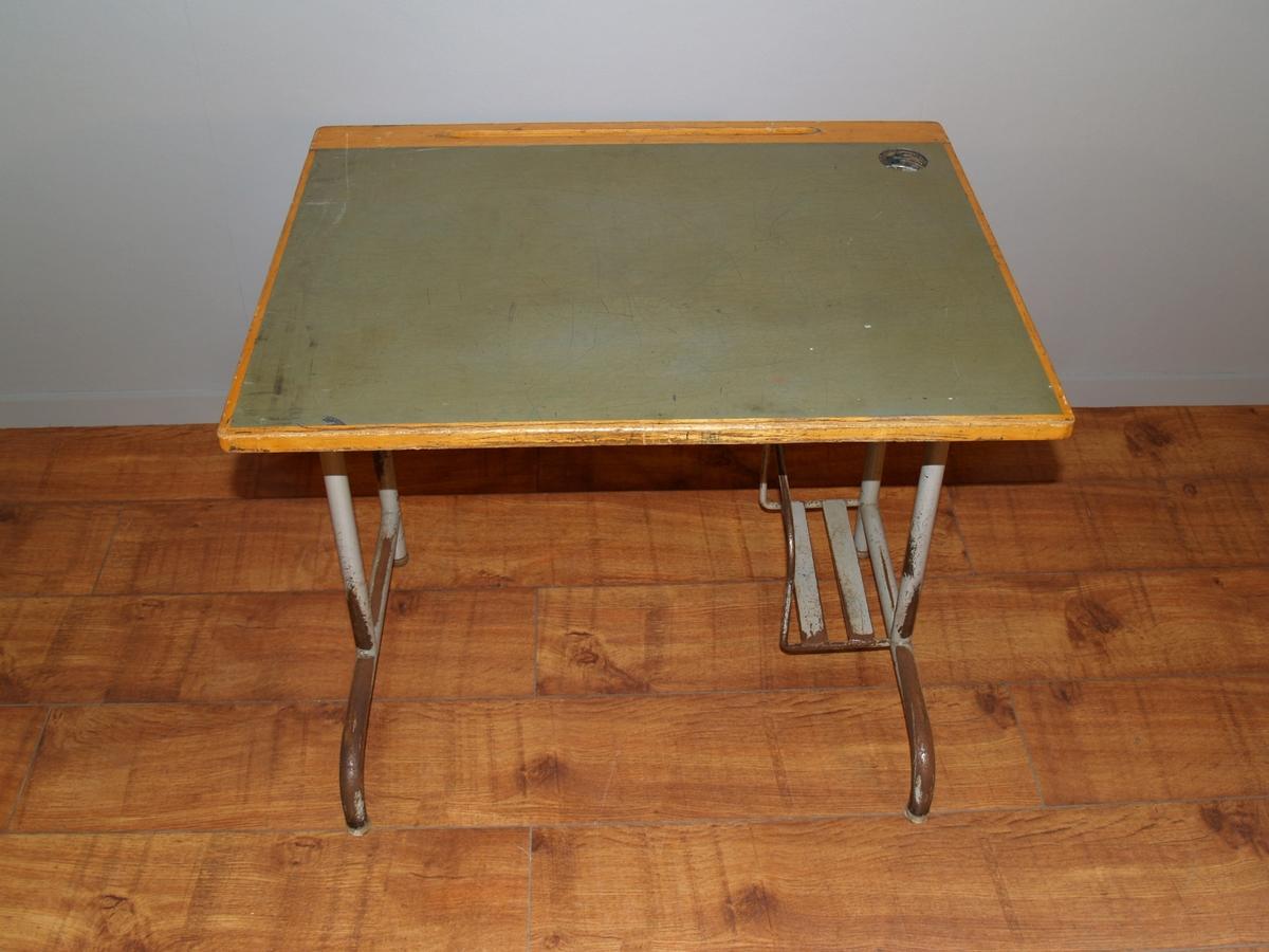 Form: Stålrør med linoleum / trebordplate, spilehylle i tre, hull for blekkhus, innvendig stativ i metall for ransel
