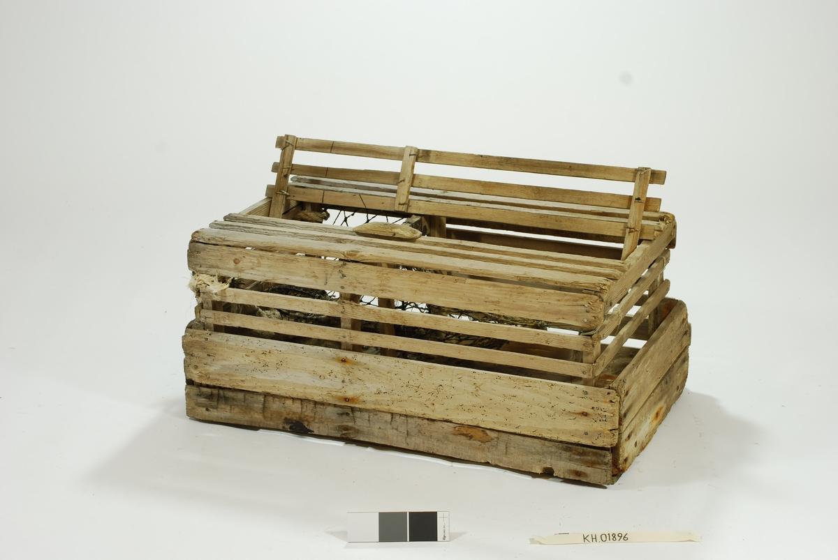 Kassetene hvor en original fiskekasse fra Danmark danner basis for hele fangstinnretningen. Liten størrelse, lektene er av alle mulige dimensjoner og opphav. Garnbus av to ulike generasjoner, hvor den innerste er håndlaget. Mange moderniserings/reparasjonsfaser med alle typer materialer.    Tena har fangstkammer. Den innerste kalven/blindkalven: garn av naturfiber. Den ytterste kalven har nyere tråd. Vanskelig å identifisere materiale pga tjæring. Ytterkalven er festet til åpningen med en jernring. Ytterkalvens åpning inn til tena, D:10 cm, en jernring. Blindkalv fra åpning inn til fangstkammer festet med jernring.   Lokk på toppen med skyvemekanismer, skyves bort og vippes opp. Lokk låses med en vrider. Tre spiler i lokket. Ulike typer spiker benyttet, både galvanisert og ikke galvanisert i ulike størrelser.  Tau festet i enden. Syntetisk, meget slitt. Kun festetau til tena som henger på. Resten av tauverket foreligger ikke.  Synkemateriale i betong. Initialer til produsent/første bruker er innrisset i betong-hellene i bunnen.