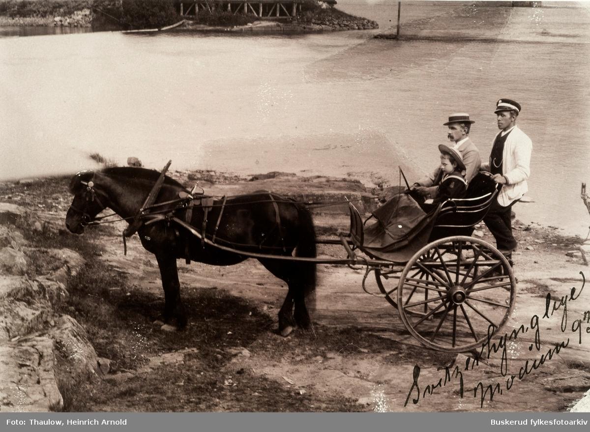 St. Olafsbad.  Modum Bad Kurgjester på tur .Rundt Modum bad var det store områder hvor stedets gjesterog pasienter kunne bruke tiul fots og til hest. 1893