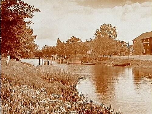 Bostadshus vid Kvismarekanal, gångbro över kanalen.Beställningsnr: AR-827.