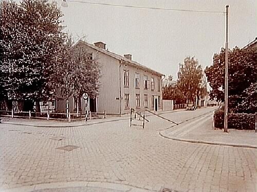 Tvåvånings bostadshus i trä, i korsningen Nygatan och Trädgårdsgatan, f.d. Lundholmska gården.