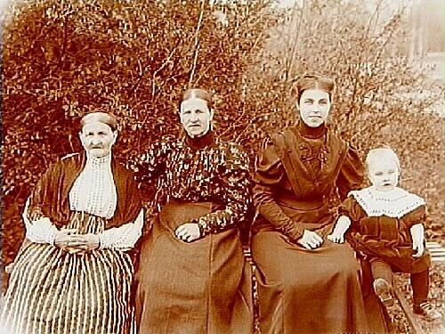 Familjebild, tre kvinnor och en liten flicka.Kvinnan till höger är Hulda lindskog, Sam Lindskogs hustru.Sam Lindskog