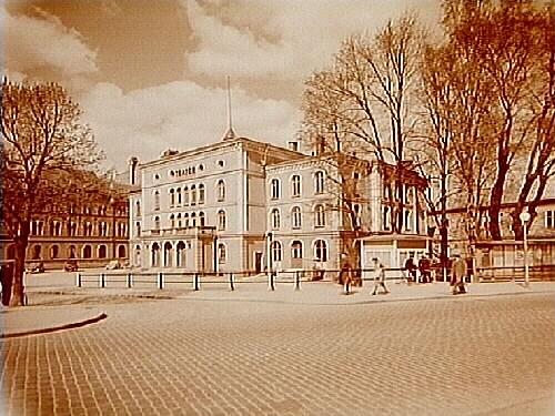 Örebro Teater, teaterbyggnad med renässanspräglad fasad i gul och vit slätputs.