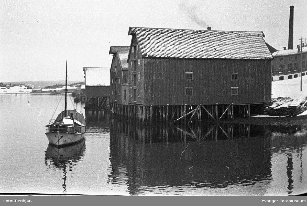 Båten og bryggene i Levangersundet.