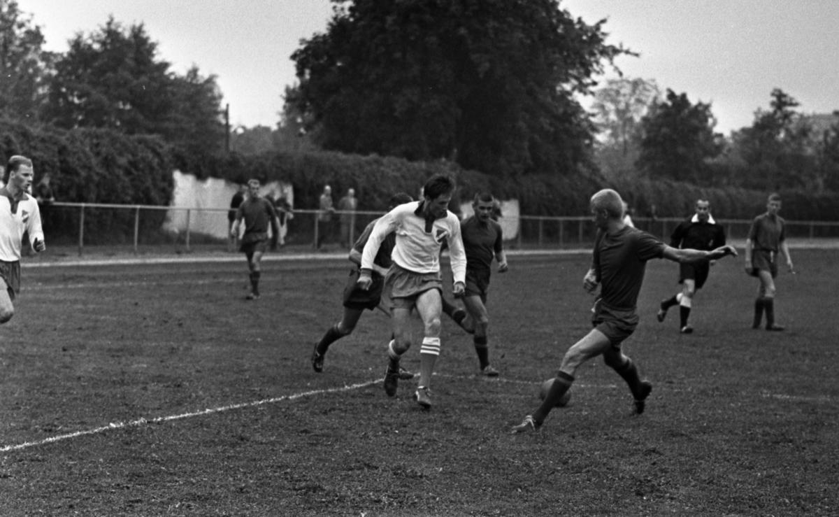 Kumla - Rynninge, 20 augusti 1965En ensam Kumlaspelare mot tre Rynningespelare i målgården.