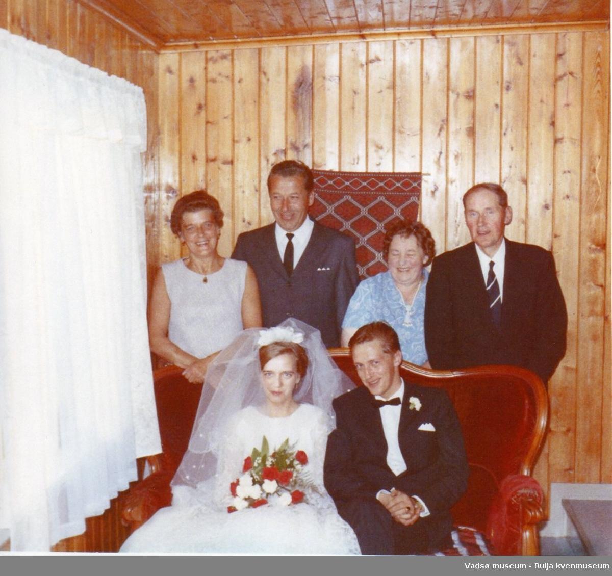 Bryllupsbilde av Sylvia (f. Antonsen) og Håkon Bauna. Bak fra venstre Sylvias mor Ågot Kock og stefar Torgeir Kock. Til høyre Gudrun og Arnulf Bauna. Skallelv, 1970.