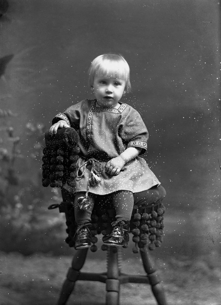 En liten pojke. Erik Hallberg, född 1920-02-17 vid Ekhult i Nora stad.