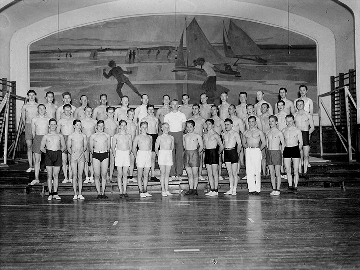 Interiör av Karolinska skolans gymnastiksal, Arbetarnas Gymnastikförenings manliga avdelning, 41 personer.