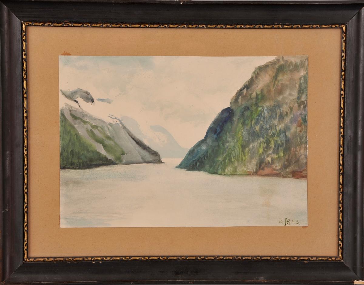 Innsjø omkransa av bratte fjell. Frå Bandak.