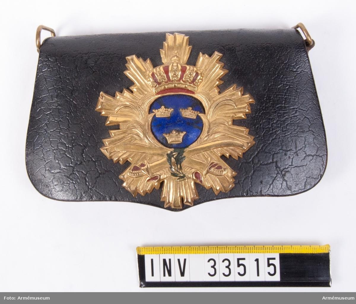 Grupp C I. Uniform, för officer till exercis och daglig tjänstgöring, som har tillhört H Palmstierna åren 1880-81. Kartusch med rem ägde H.P. 1840-1885. Friherre Liljencrantz var tidigare löjtnant vid Husarcorpsen.