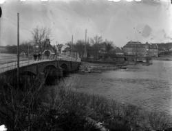 Sundsbron vid gamla södra infarten och Kristinaskolan, som b