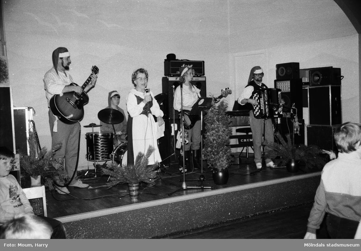 Lindome hembygdsgilles julgille på Hällesåkersgården i Lindome, år 1984. Pärs orkester.  För mer information om bilden se under tilläggsinformation.