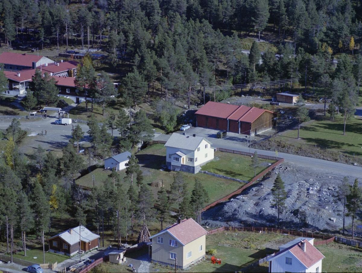 Flyfoto, bebyggelse, boligeiendommen Tuft midt i bildet og bak til venstre Heimevernskolen, Dombås
