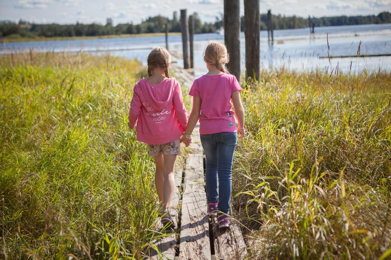 Foto av to jenter som går på flåteganger