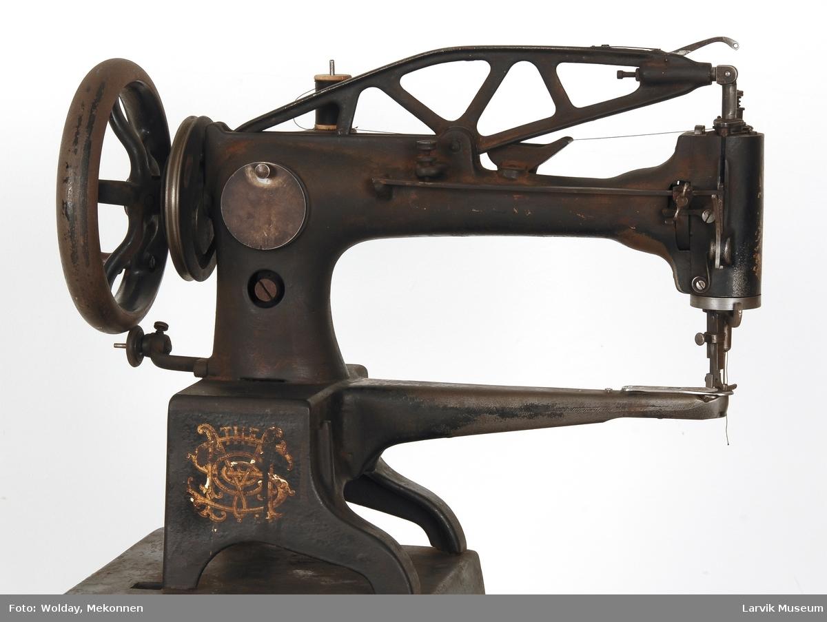 Kan sy både lær og tekstil Jernstativ. Gummihjul til snellespoler.