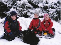 Olve, Gabriel og Oda leikar i snøen, alle med etternamn Aarr