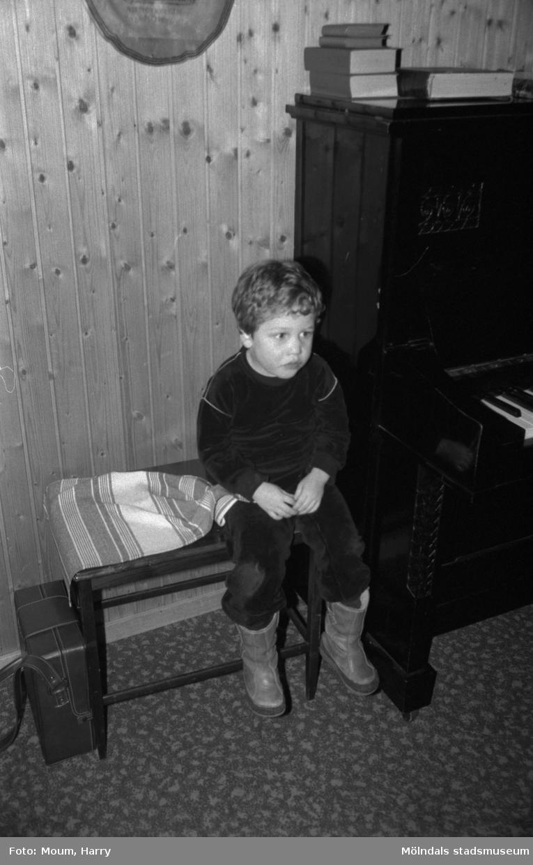 Scout- och föräldraträff i Kållereds missionskyrka, år 1984.  För mer information om bilden se under tilläggsinformation.