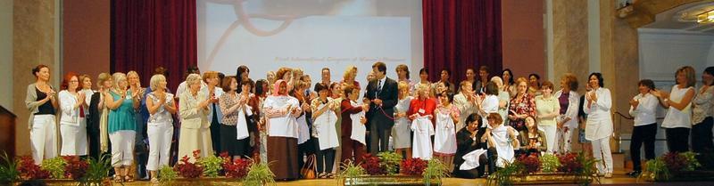 Åpningsseremoni med alle deltakerne på scenen. Fra første internasjonale kvinnemuseumsmøtet i Merano 2008