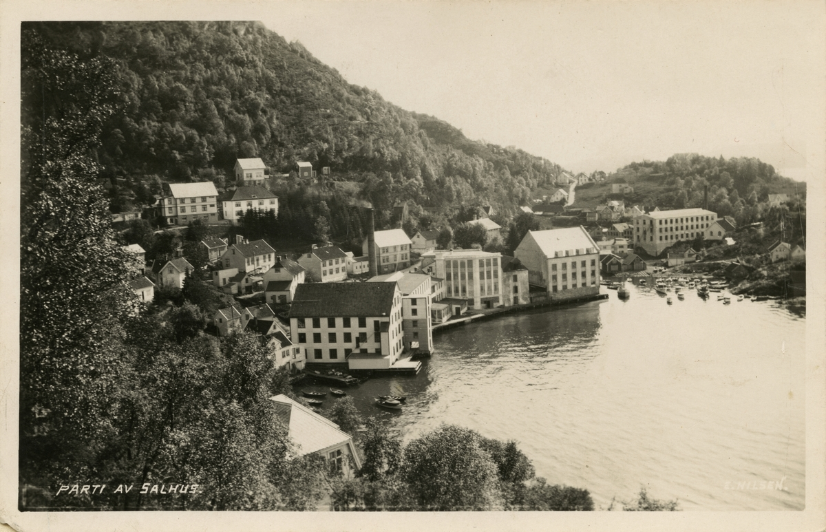 Trikotasjefabrikk i Salhus, rundt ei mil frå Bergen sentrum. Fabrikken var i drift frå 1859 til 1989, og produserte undertøy i ull og bomull, strømper, islendarar, sport- og fritidsklede. No held Norsk Trikotasjemuseum til i fabrikklokala.