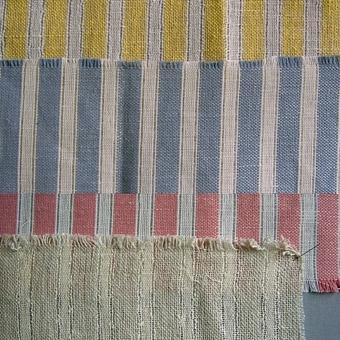 Randigt gardintyg där randningen bildas genom varpning och skedning. Kulört garn i cottolin, vit färg i bomull. Inslag i lin. WLHF-43:1 - randig gul och vit - mäter 58x91cm.           Dubbletter finns. WLHF-43:2 - randig ljusblå och vit - mäter 30x102cm     Dubbletter finns.  WLHF-43:3 - randig rosa och vir - mäter 9,5x85,6cm. WLHF-43:4 - randig i ljusgrått - mäter 24x62cm. Dubblett finns. Bilden är ett montage.